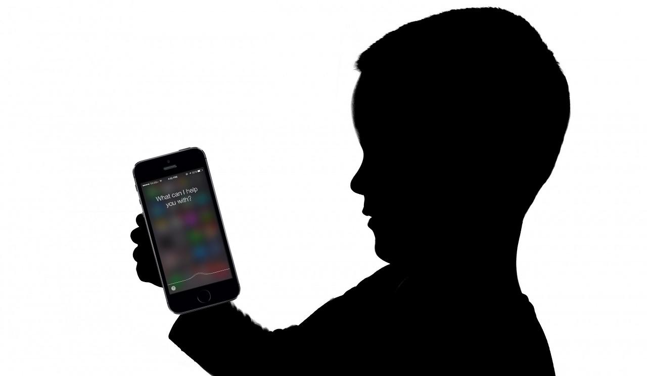 Egy angol kisfiú Siri-vel közösen megmentette az anyukáját