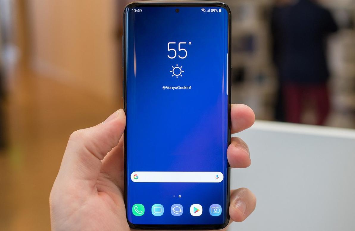 Gyászos nap a notch-gyűlölőknek: a Samsung is beadja a derekát